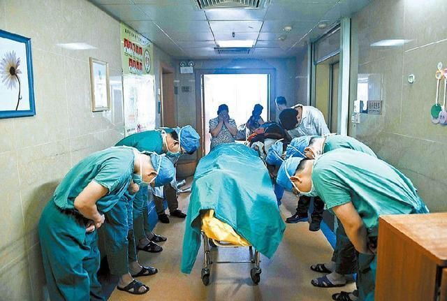 doctors bowing to organ donor
